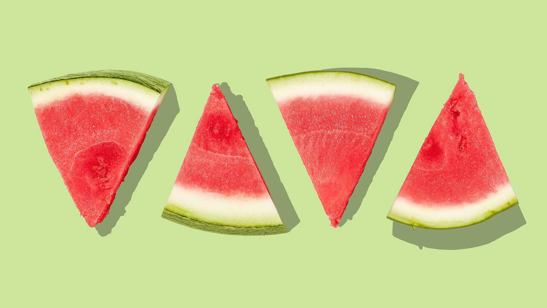 Fire vannmelonbiter på rad skåret opp som trekanter, på grønn bakgrunn. Illustrasjonsbilde til sak om performance marketing for markedsføringsbyrået Elg.