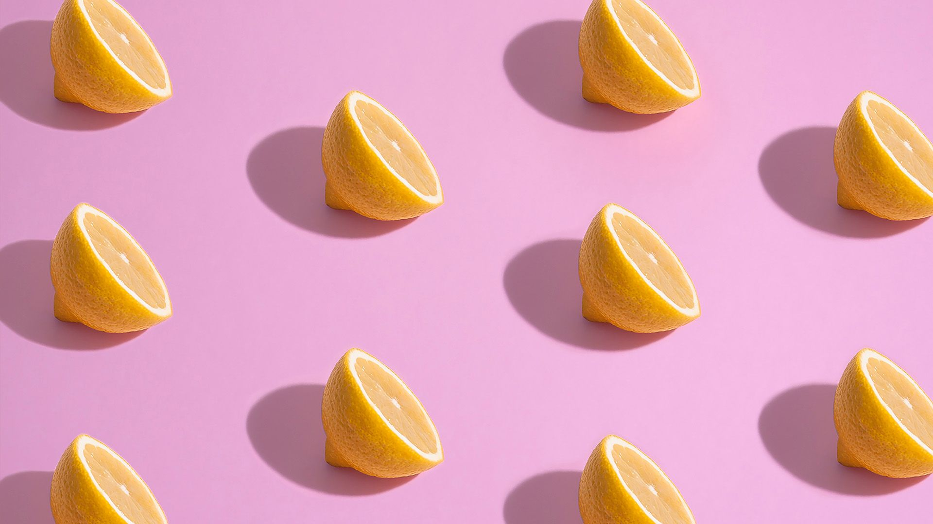 10 halve sitroner på rosa bakgrunn. Illustrasjonfoto brukt til sak om sosiale medier for markedsføringsbyrået Elg.