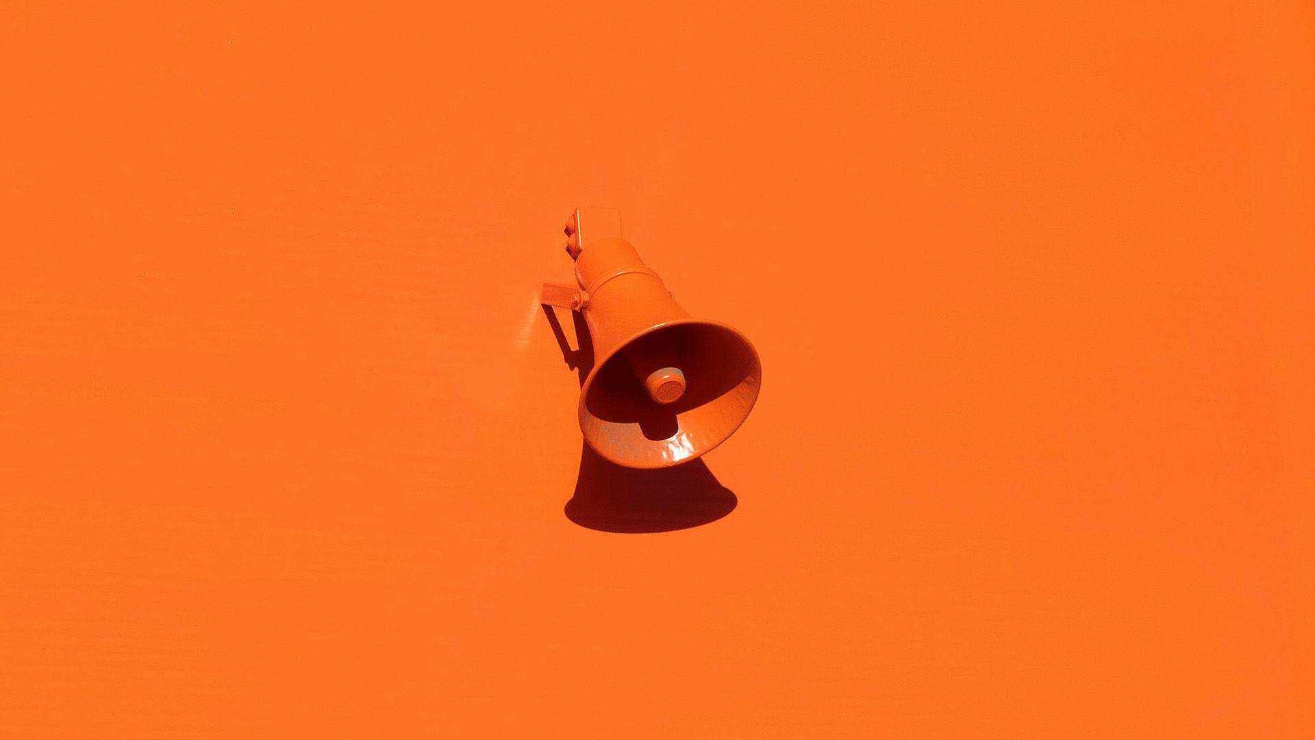 En oransje megafon på oransje bakgrunn. Illustrasjonsbilde til sak om Google ads for markedsføringsbyrået Elg.