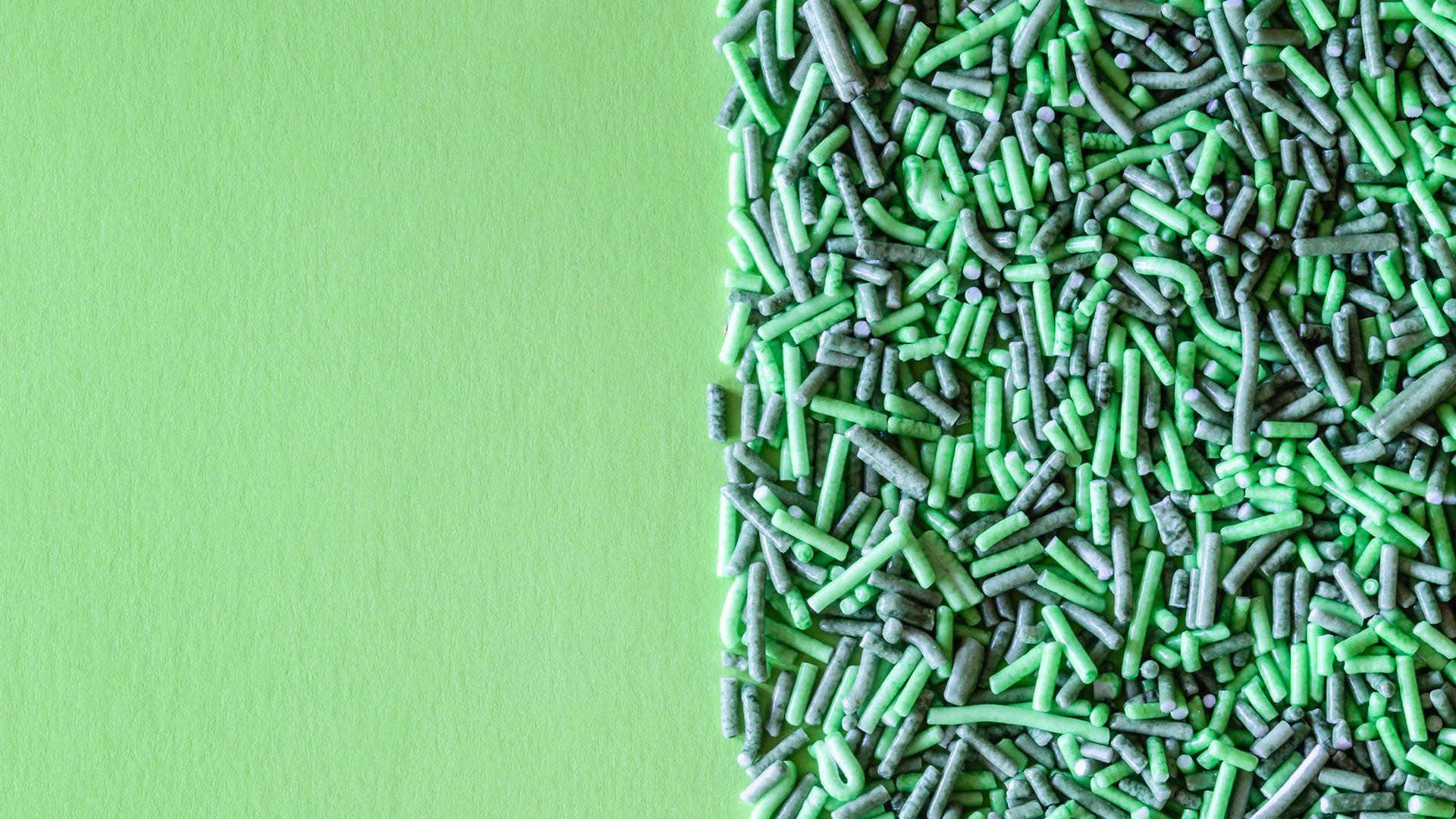Halve bildet er en grønn bakgrunn. Halve bildet er kakestrøssel i to nyanser av grønnfarge. Illustrasjonsbilde brukt til sak om søkemotoroptimalisering, SEO, for markedsføringsbyrået Elg.