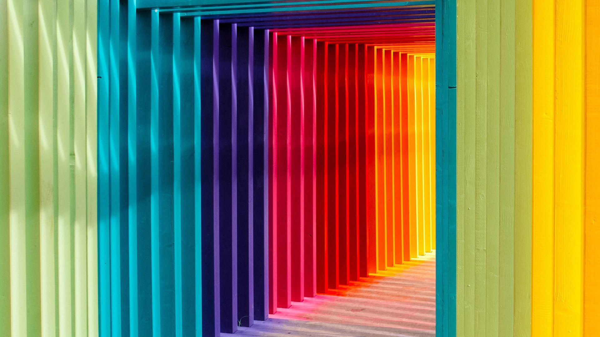 En firkantet tunell i regnbuens varger. Illustrasjon til sak om innholdsmarkedsførin for markedsføringsbyrået Elg.